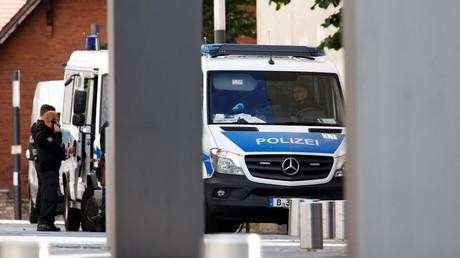 La police encadre l'entrée de l'hôpital de la Charité, à Berlin.