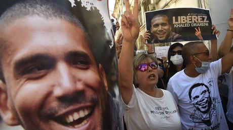 Le portrait du journaliste Khaled Drareni brandi lors d'une manifestation pour sa libération à Alger le 31 août 2020. (Image d'illustration)