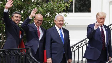 Les ministres des Affaires étrangères des Emirats arabes unis et du Bahreïn Cheikh Abdallah Ben Zayed et Abdullatif ben Rashid Al Zayani, le Premier ministre israëlien Benjamin Netanyahou et le président américain Donald Trump lors de la signature de l'accord, le 15 septembre à la Maison-Blanche.