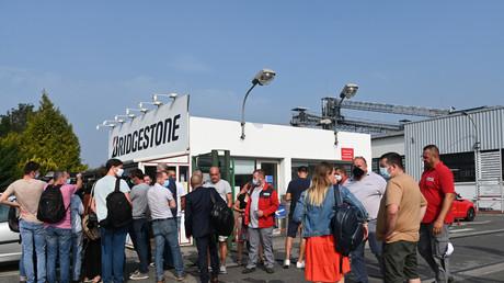 Des salariés de l'usine du fabricant de pneumatiques japonais Bridgestone à Béthune se rassemblent dans la cour, le 16 septembre 2020, après l'annonce de la fermeture du site.