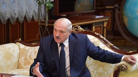 Le président biélorusse Alexandre Loukachenko durant une discussion avec le Premier ministre russe à Minsk, le 3 septembre 2020 (image d'illustration).