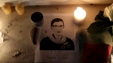 Bougies allumées à Washington en hommage à Ruth Bader Ginsburg, juge à la Cour suprême américaine décédée le 18 septembre.