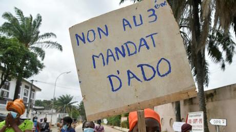 A Abidjan (Côte d'Ivoire), une femme brandit une pancarte pour protester contre un troisième mandat d'Alassane Ouattara, le 15septembre 2020 (image d'illustration).