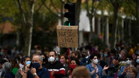 Dans la quartier de Vallecas à Madrid, le 20 septembre 2020, les manifestants dénoncent les nouvelles restrictions et s'en prennent à la présidente de la communauté de Madrid Isabel Díaz Ayuso : «Aysuo, c'est toi notre virus !»