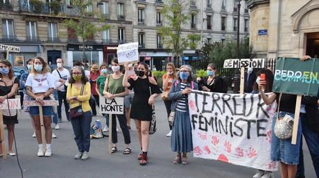 Les manifestantes réunies devant la mairie du XVIIIeme arrondissement de Paris pour réclamer la démission de Christophe Girard.