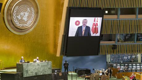 Recep Tayyip Erdogan (à l'écran) s'exprimant lors de la soixante-quinzième session de l'Assemblée générale des Nations Unies, le 22 septembre 2020 à l'ONU à New York.