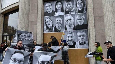 Des participants de la 6e Convention citoyenne pour le climat collent des portraits réalisés par l'artiste français JR, le 5 mars 2020, devant le Conseil économique, social et environnemental de France (CESE), à Paris (illustration).