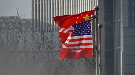 Drapeaux des Etats-Unis et de la Chine (image d'illustration)