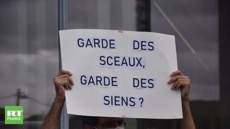 Plusieurs dizaines de magistrats se sont rassemblés sur l'esplanade du tribunal de Paris ce 24 septembre pour protester contre le garde des Sceaux.
