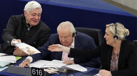 Bruno Gollnisch, Jean-Marie Le Pen et Marine Le Pen, ici au Parlement européen de Strasbourg en 2013, ont chacun leur avis sur l'emprisonnement de Hervé Ryssen pour des propos antisémites.