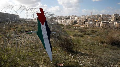 Une représentation d'une carte aux couleurs du drapeau palestinien indiquant «Jérusalem est la capitale éternelle de la Palestine» est placée sur une clôture protégeant une colonie juive dans le village de Bilin en Cisjordanie occupée, le 31 janvier 2020 (image d'illustration).