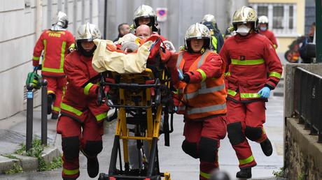 Les pompiers interviennent après une attaque à l'arme blanche à Paris, près des anciens locaux de Charlie Hebdo.