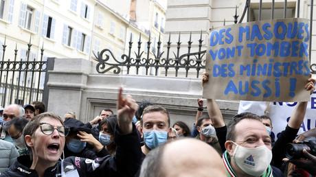 Des propriétaires de bars et de restaurants manifestent devant le tribunal de commerce de Marseille, le 25 septembre 2020.