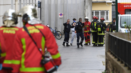 Les pompiers transportent une personne blessée dans une ambulance près des anciens bureaux du magazine Charlie Hebdo à la suite d'une attaque au hachoir à Paris, le 25 septembre 2020.