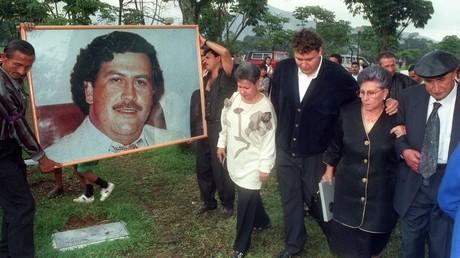 Cliché pris lors de la cérémonie du premier anniversaire de la mort du trafiquant de drogue Pablo Escobar le 2 décembre 1994 (image d'illustration).