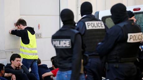 Des policiers français arrêtent des manifestants portant des gilets jaunes à Bordeaux, le 30 mars 2019 (image d'illustration).