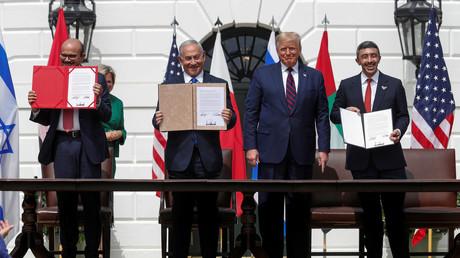 Le ministre des Affaires étrangères du Bahreïn Abdullatif ben Rashid Al Zayani, le Premier ministre israëlien Benjamin Netanyahou, le président américain Donald Trump, le ministre des Affaires étrangères des Emirats arabes unis Cheikh Abdallah Ben Zayed lors de la signature de l'accord
