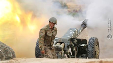 Un soldat arménien actionne une pièce d'artillerie lors des combats avec les forces azéries dans la région séparatiste du Haut-Karabagh,  le 29 septembre 2020.