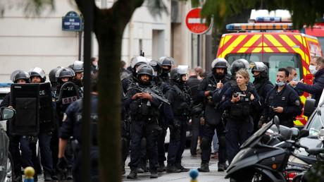 Policiers sur les lieux de l'attaque devant les anciens locaux de Charlie Hebdo le 25 septembre.