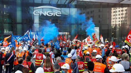 Des employés de Suez, membres des syndicats CGT, FO et CFDT, manifestent c devant le siège d'Engie à La Défense près de Paris, le 22 septembre 2020.