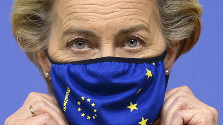 La présidente de la Commission européenne, Ursula von der Leyen, ajuste son masque avant une déclaration en préambule du sommet de l'Union européenne (UE) à Bruxelles, le 1er octobre 2020 (illustration).