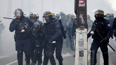 Un artiste invite les internautes à identifier des milliers de policiers et gendarmes