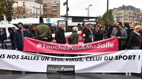 Des manifestants contre la fermeture des salles de sport à Paris, le 2 octobre 2020