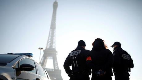 Des policiers positionnés à proximité de la tour Eiffel (image d'illustration).