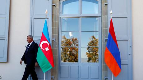 Les drapeaux de l'Azerbaïdjan et de l'Arménie lors de pourparlers à Genève le 16 octobre 2017 (image d'illustration).