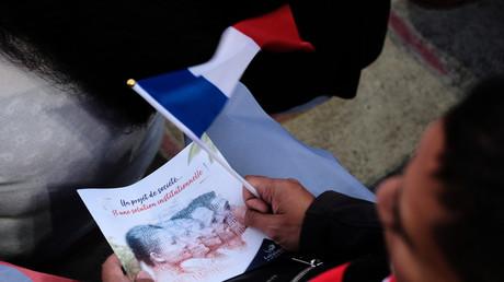 Un dépliant intitulé «Un projet de société, et une solution institutionnelle» et le drapeau français lors d'une réunion pour le «non» (image d'illustration).