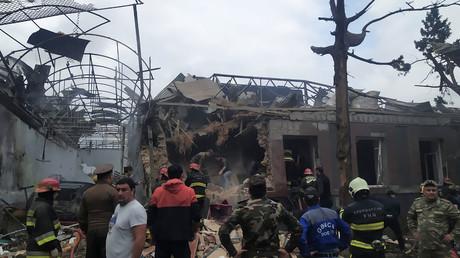 Le personnel des urgences travaille dans une zone endommagée de la ville de Ganja après une frappe de roquettes, le 4octobre 2020.