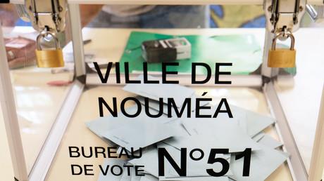 Dans un bureau de vote de Nouméa, le 4 octobre 2020.