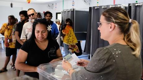 Des Néo-Calédoniens se rendent aux urnes le 4 octobre 2020 pour le référendum sur l'indépendance du territoire des Outre-mer, à Noumea.
