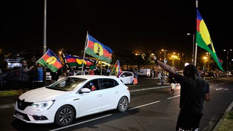 Des indépendantistes Kanaks brandissant le drapeau de la Nouvelle-Calédonie après l'annonce des résultats du référendum, le 4 octobre.
