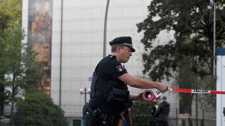 Un policier bloque l'accès aux lieux de l'attaque dont a été victime un étudiant juif, devant une synagogue à Hambourg, Allemagne, le 4 octobre 2020.