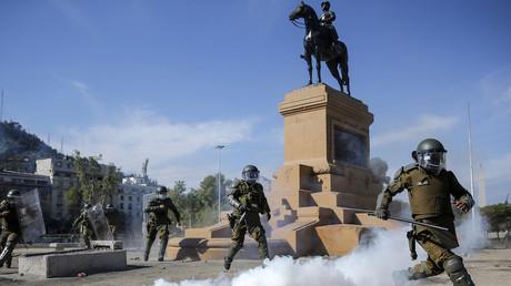 Affrontements entre manifestants et policiers durant une manifestation contre les violences policières au Chili après la chute du jeune homme du haut d'un pont, le 3 octobre 2020.