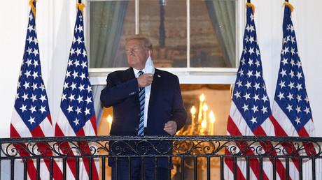 Donald Trump a son retour de l'hôpital militaire Walter Reed,  sur une terrasse de la Maison Blanche, à Washington DC.