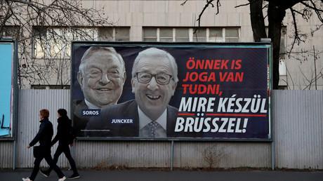 Une affiche représentant George Soros et Jean-Claude Juncker dans les rues de Budapest, en Hongrie.
