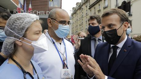 Macron rend visite aux aidants à l'hôpital et se fait apostropher par les soignants