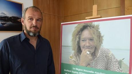 Sébastien Chadaud-Pétronin pose à côté d'une photographie de sa mère otage française Sophie Pétronin, à Bordeaux le 29 août 2018. (image d'illustration)