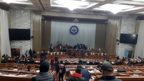 Le parlement kirghize occupé par des manifestants le 6 octobre.