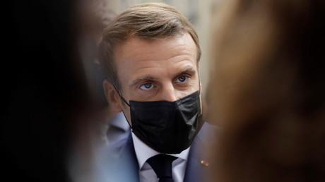 Emmanuel Macron lors d'une visite d'hôpital à Paris le 6 octobre.