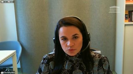 Svetlana Tikhanovskaïa lors de son discours à l'Assemblée nationale (capture d'écran d'une vidéo diffusée par l'Assemblée nationale)