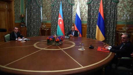 Les chefs des diplomaties azerbaïdjanaise, russe et arménienne, le 9octobre 2020 à Moscou.