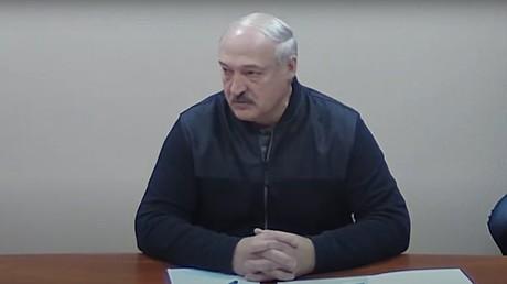 Le président biélorusse s'est entretenu avec des figures de l'opposition incarcérées, dans la prison des services spéciaux (KGB) à Minsk, le 10 octobre.