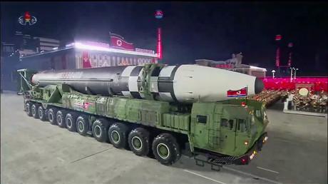 Capture d'écran d'une émission de l'agence centrale de presse nord-coréenne KCNA montrant ce qui semble être un nouveau missile balistique intercontinental nord-coréen, le 10octobre 2020.