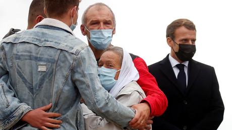 Sophie Pétronin enlacée par ses proches à côté d'Emmanuel Macron lors de son arrivée à l'aéroport de Villacoublay, le 9octobre 2020 (image d'illustration).