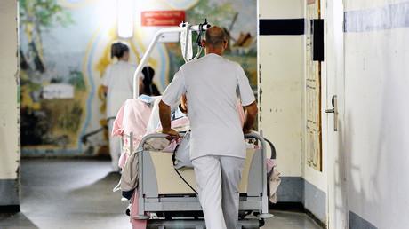 Un assistant de santé déplace un patient le 20 septembre 2013 au centre hospitalier de Lens (Nord) (image d'illustration).