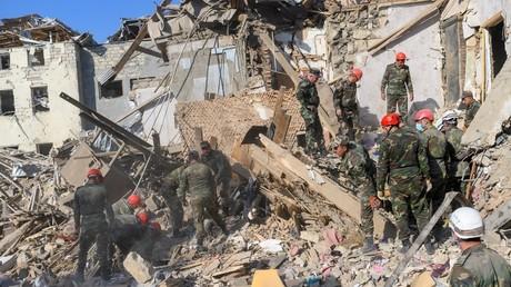 Secours près d'habitations détruites à Gandja en Azerbaïdjan le 11 octobre.