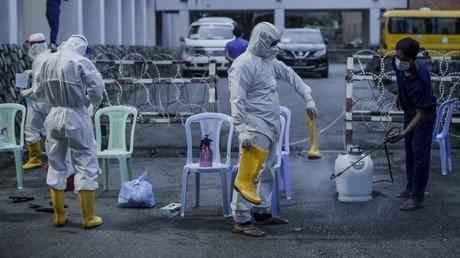 Des soignants désinfectent leur équipement, à Rangoun, le 8 octobre 2020, en Birmanie (image d'illustration).